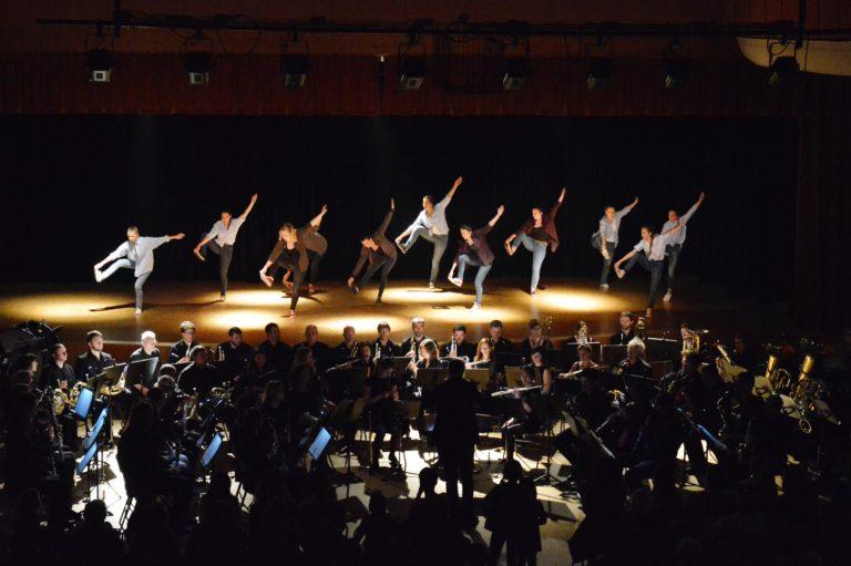 Danseurs attrappant leurs pieds