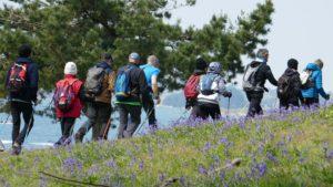 Randonneurs à l'île d'Arz avec la mer en arrière plan