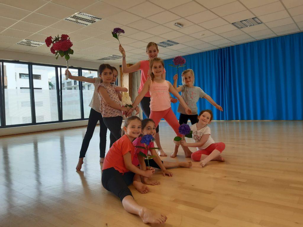 8 petits danseuses tenant des fleurs