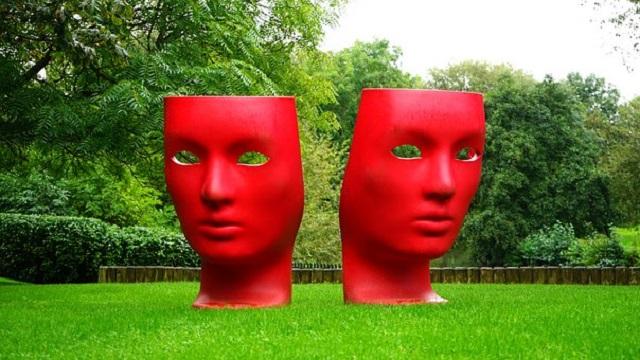 Masques rouges de comédie