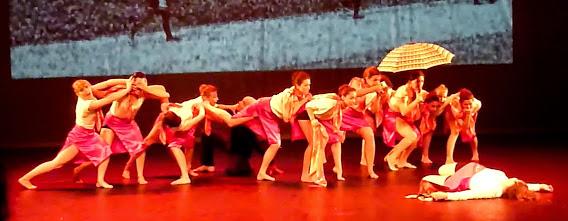 Une danseuse jouant la morte devant les autres horrifiées