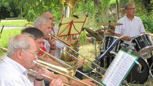 Ensemble de cuivres en concert en plein air