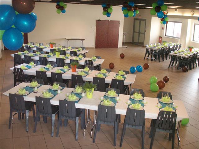 Plusieurs rangées de table avec les couverts mis