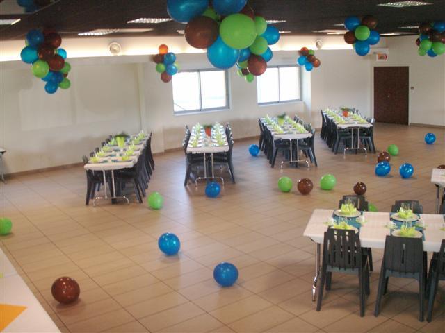 Deux rangées de tables dans une salle festive décorée