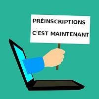 Préinscriptions : un panneau tenu par une main sortant d'un écran d'ordinateur