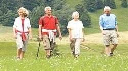 Quatre personnes randonnant en plaine nature