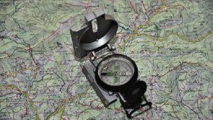 Une boussole posée sur une carte