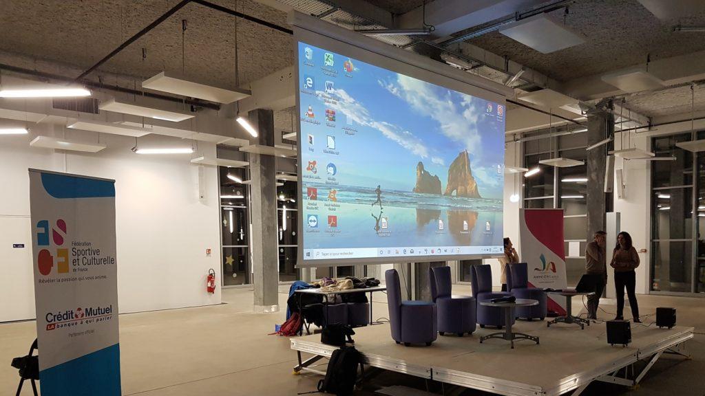 Gros plan sur l'écran de projection et les kakémonos fscf et jab