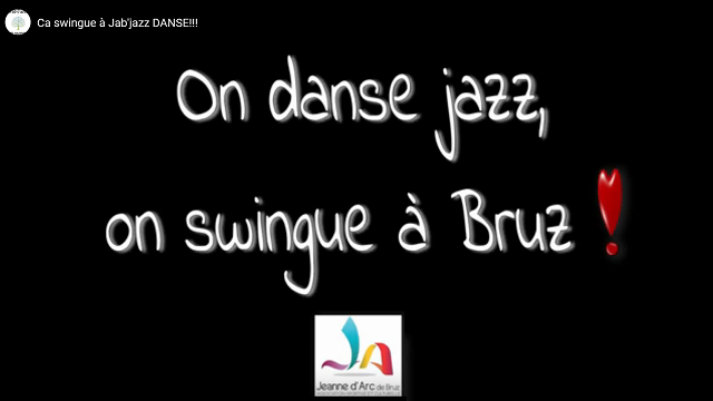 "Panneau noir indiquant ""On Danse Jazz , on Swingue a Bruz"""