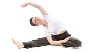 Une femme faisant un exercice d'assouplissement