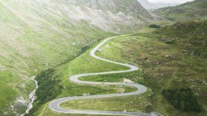 Une route de montagne sinueuse