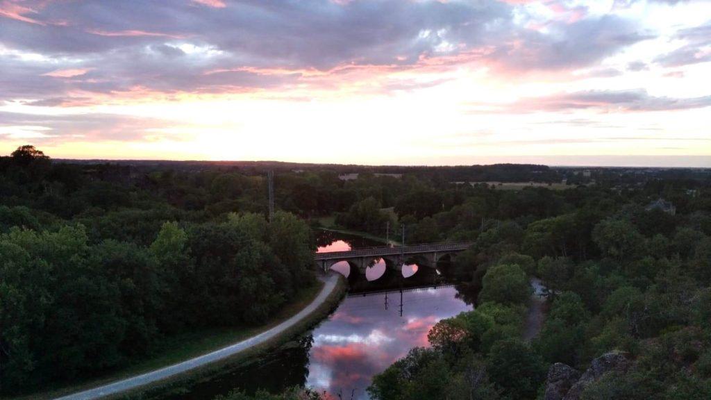 Splendide coucher de soleil se refétant dans la Vilaine au pont de chemin de fer