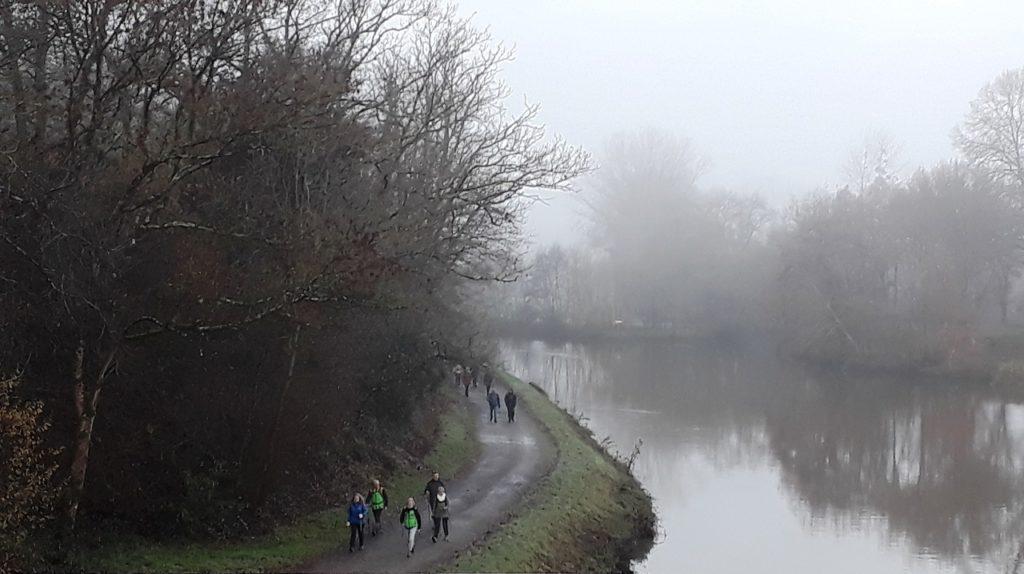 Les marcheurs répartis en sous-groupes de 6 personnes au maximum distancés de 50m vu en plongée du pont SNCF