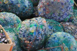 Plusieurs sacs remplis de divers plastiques destinés au recyclage