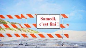 Un panneau de signalisation placé en travers de la route indique la fin des séances du samedi