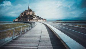 La nouvelle passerelle en bois pour arriver au Mont Saint Michel
